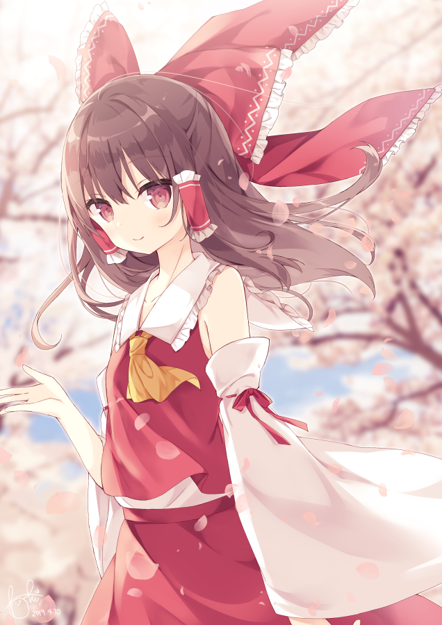1girl ascot bangs bare_shoulders blurry blurry_background blush bow brown_hair cherry_blossoms collared_shirt commentary_request day detached_sleeves eyebrows_visible_through_hair frilled_bow frilled_shirt_collar frills hair_between_eyes hair_bow hair_tubes hakurei_reimu hand_up hoshi_(snacherubi) japanese_clothes looking_at_viewer medium_hair miko outdoors petals petticoat red_bow red_eyes red_shirt red_skirt ribbon-trimmed_sleeves ribbon_trim shirt sidelocks skirt skirt_set sleeveless sleeveless_shirt smile solo touhou yellow_neckwear