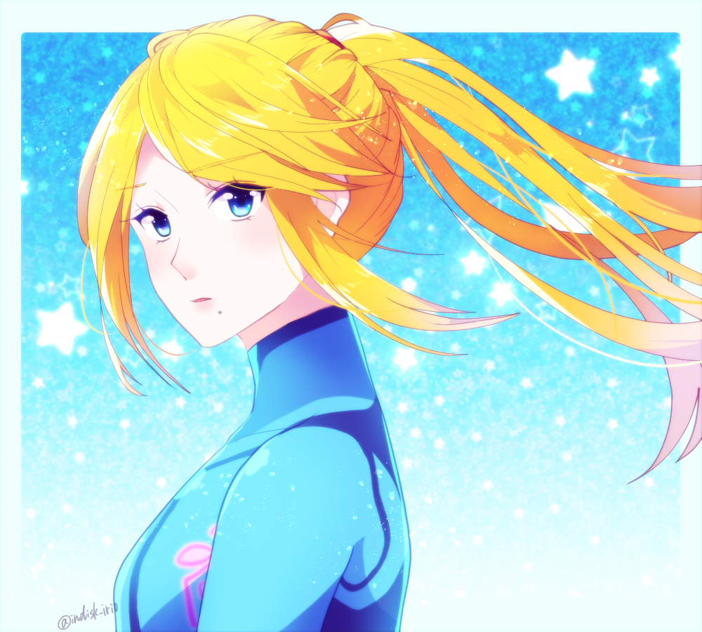 1girl bangs blonde_hair blue_bodysuit blue_eyes bodysuit floating_hair from_side indisk_irio long_hair looking_at_viewer metroid mole mole_under_mouth parted_bangs ponytail portrait samus_aran shiny shiny_hair solo turtleneck twitter_username zero_suit