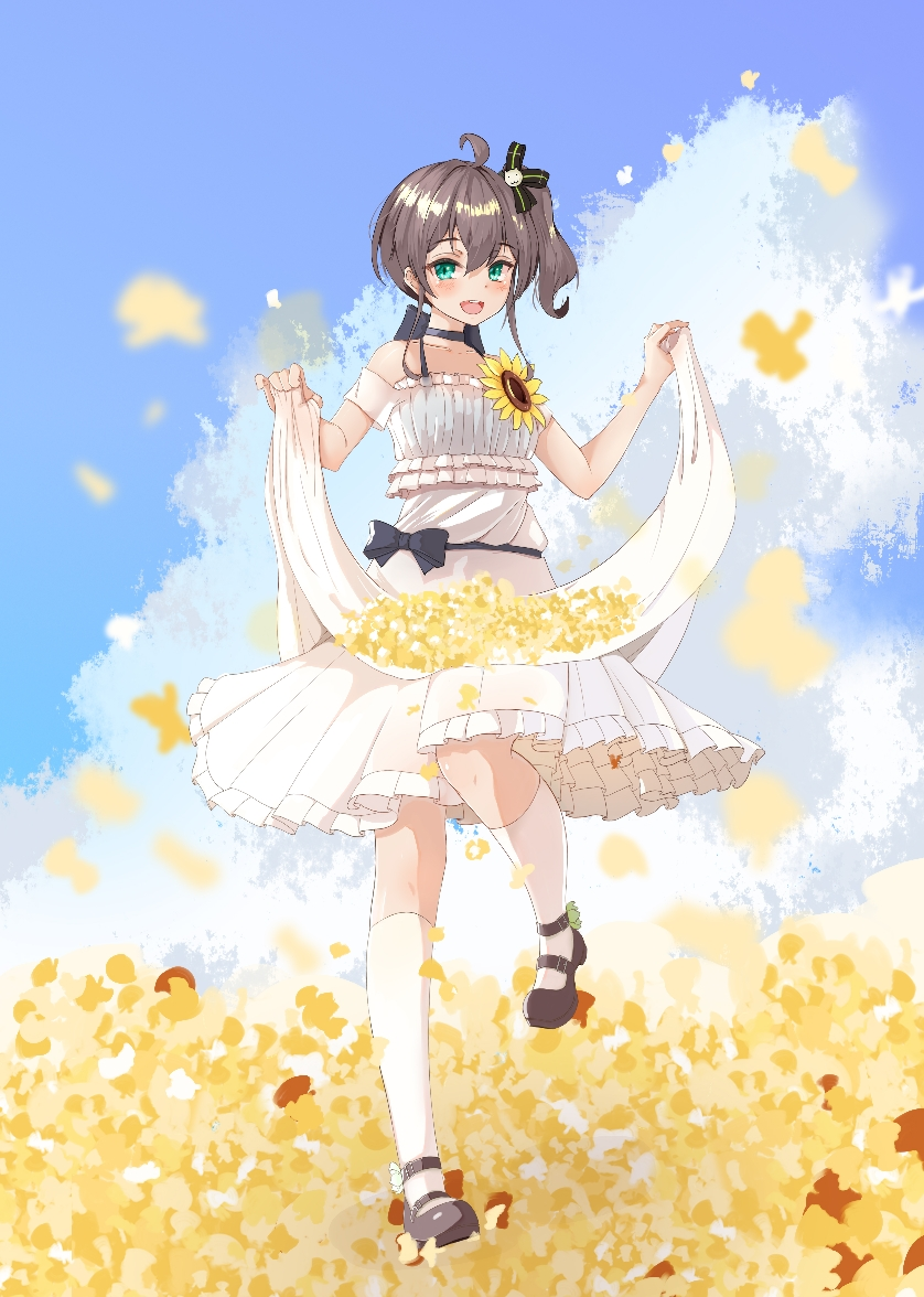 1girl :d ahoge alternate_costume bare_shoulders black_choker black_footwear blue_sky brown_hair chinese_commentary choker clouds collarbone commentary_request dress field flower flower_field full_body green_eyes hololive jpeg_artifacts kurokuma_shachou leg_up looking_at_viewer mary_janes natsuiro_matsuri open_mouth outdoors shoes short_hair side_ponytail skirt_hold sky smile solo standing standing_on_one_leg upper_teeth virtual_youtuber white_dress white_legwear