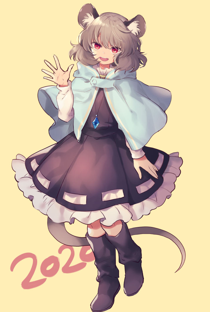 1girl 2020 animal_ear_fluff animal_ears bangs black_dress black_footwear blue_capelet boots capelet chinese_zodiac collar commentary_request crossed_legs dress frilled_collar frilled_dress frills full_body grey_hair hand_up jewelry knee_boots long_sleeves looking_at_viewer mouse_ears mouse_girl mouse_tail nazrin open_hand outstretched_hand pendant popped_collar red_eyes ribbon ribbon-trimmed_dress rubber_boots shirt short_hair sidelocks simple_background smile solo spread_fingers tail tomobe_kinuko touhou watson_cross waving white_ribbon white_shirt year_of_the_rat yellow_background