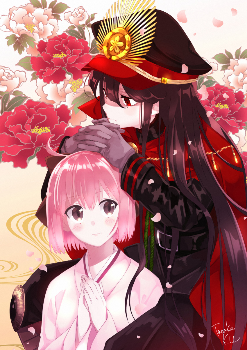 2girls artist_name black_hair bow commentary_request demon_archer fate/grand_order fate_(series) flower hair_bow highres japanese_clothes kimono long_hair looking_away multiple_girls okita_souji_(fate) own_hands_together pink_hair sakura_saber short_hair signature tanaka_kii very_long_hair