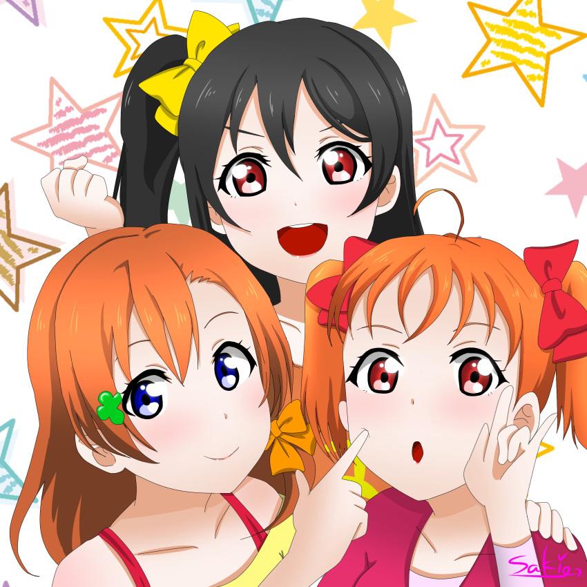 10s 3girls alternate_costume alternate_hairstyle black_hair blue_eyes braid cosplay costume_switch hairstyle_switch kousaka_honoka kousaka_honoka_(cosplay) lips love_live! multiple_girls orange_blouse orange_hair pink_eyes pixiv red_eyes ribbon saki_(pixiv_id_15503999) sidelocks star starry_background takami_chika takami_chika_(cosplay) twintails yazawa_nico yazawa_nico_(cosplay) yellow_blouse