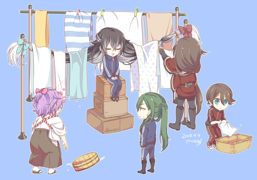2018 5boys artist_name black_hair blue_background blue_eyes boots bow closed_eyes dated gradient_hair green_hair hair_bow hakama horikawa_kunihiro izumi-no-kami_kanesada japanese_clothes juzumaru_tsunetsugu kasen_kanesada laundry laundry_basket laundry_pole long_hair male_focus moegi_(honey_122) multicolored_hair multiple_boys nikkari_aoe open_mouth purple_hair sandals sitting smile sweat tabi touken_ranbu track_suit very_long_hair yellow_eyes