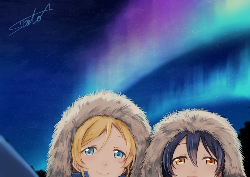 10s 2girls aurora ayase_eli bangs blonde_hair blue_eyes blue_hair blush commentary_request couple fur_trim hair_between_eyes hood hood_up love_live! love_live!_school_idol_project multiple_girls night night_sky outdoors sky smile sonoda_umi star_(sky) starry_sky suito yellow_eyes