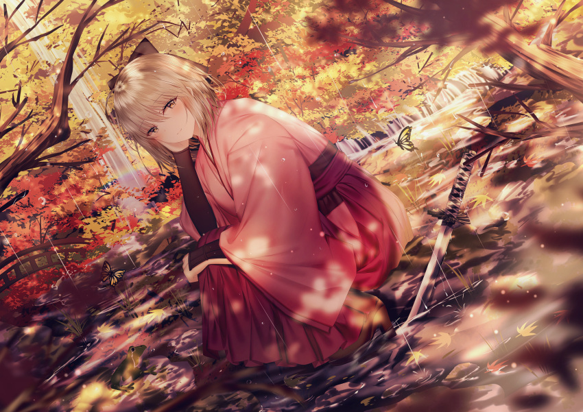 1girl absurdres animal arm_guards autumn_leaves bangs blurry blurry_foreground boots bow brown_bow brown_eyes brown_footwear brown_hair bug butterfly closed_mouth commentary_request depth_of_field dutch_angle eyebrows_visible_through_hair fate/grand_order fate_(series) frog hair_between_eyes hair_bow hakama hand_up high_heel_boots high_heels highres insect japanese_clothes junpaku_karen katana kimono koha-ace long_sleeves okita_souji_(fate) okita_souji_(fate)_(all) pink_kimono rain red_eyes red_hakama shallow_water smile solo squatting sword tree_branch water weapon wide_sleeves