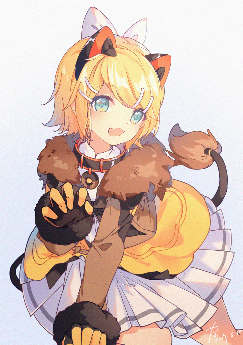 1girl absurdres all_fours animal_ears bangs black_gloves blonde_hair blue_eyes brown_jacket chaji_xiao_bai claw_pose collar commentary fang fur-trimmed_gloves fur-trimmed_jacket fur_trim gloves hair_ornament hairclip hand_up highres jacket kagamine_rin lion_ears lion_tail looking_at_viewer magical_mirai_(vocaloid) open_mouth pleated_skirt short_hair skin_fang skirt smile solo swept_bangs symbol_commentary tail two-tone_gloves vocaloid white_background white_skirt yellow_gloves yellow_skirt