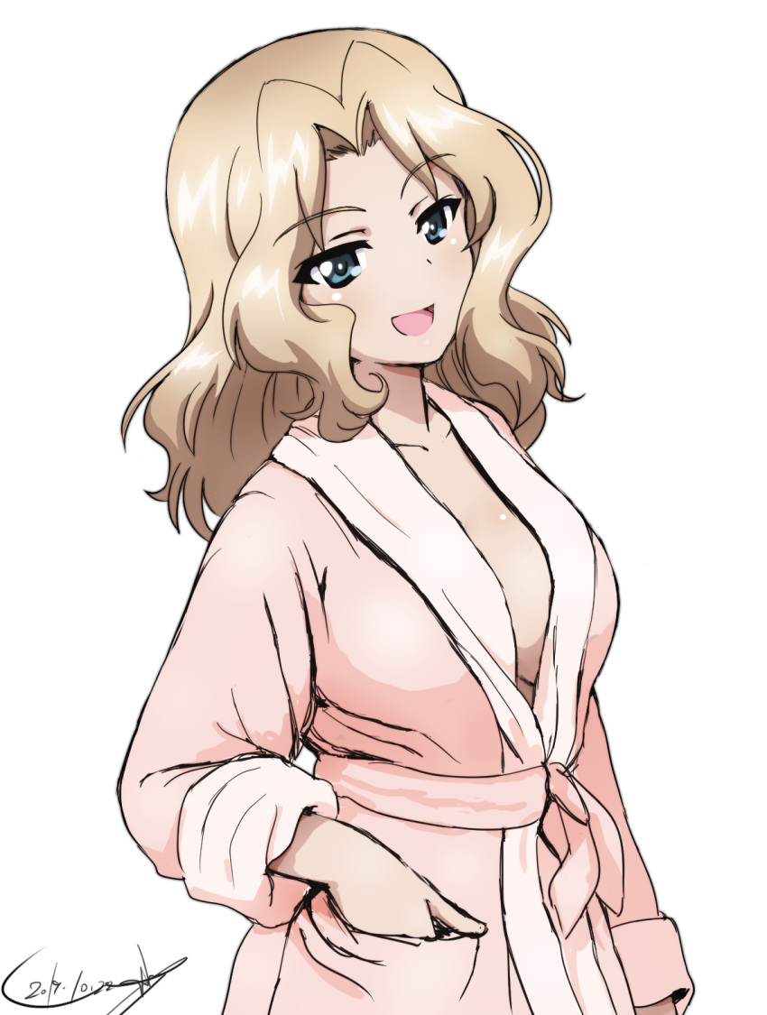1girl artist_name bathrobe blonde_hair blue_eyes breasts bukkuri commentary_request dated eyebrows_visible_through_hair girls_und_panzer hair_intakes hand_in_pocket highres kay_(girls_und_panzer) long_hair long_sleeves looking_at_viewer medium_breasts open_mouth partial_commentary pink_robe sideboob signature simple_background smile solo standing white_background