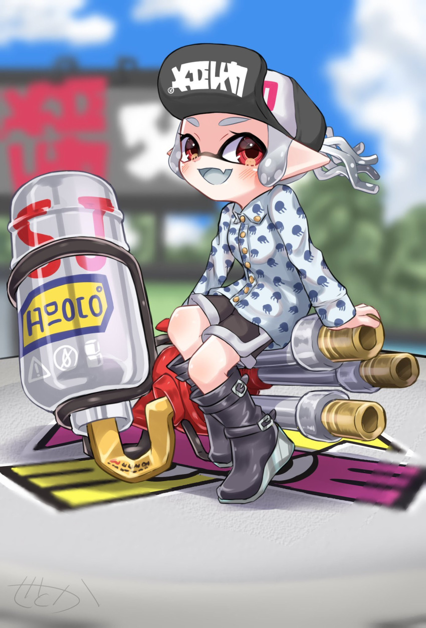 1girl amakusa_setoka artist_name bangs baseball_cap black_footwear black_headwear black_shorts blue_sky blunt_bangs blurry blurry_background boots clothes_writing clouds cloudy_sky commentary day depth_of_field domino_mask emblem fang grey_shirt grey_tongue gym_shorts hat highres hydra_splatling_(splatoon) inkling inkling_(language) long_sleeves looking_at_viewer mask open_mouth outdoors pointy_ears print_shirt red_eyes shirt short_hair short_ponytail shorts signature sitting skin_fang sky smile solo splatoon_(series) splatoon_2 tentacle_hair