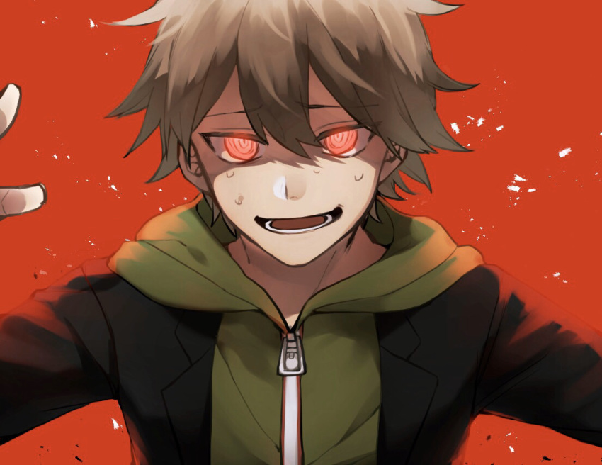 1boy bangs black_jacket black_suit brown_hair commentary_request crazy_eyes danganronpa danganronpa_1 glowing glowing_eyes green_hoodie hood hood_down hooded_jacket hoodie jacket long_sleeves looking_at_viewer lower_teeth male_focus naegi_makoto open_mouth red_background red_eyes short_hair smile solo upper_body zabe_o