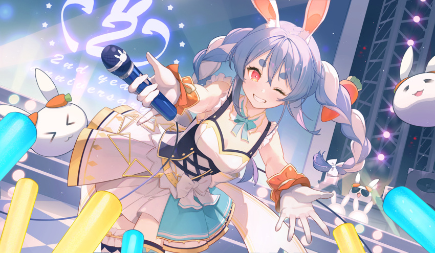 >3< >_< 1girl ;d animal_ears anniversary aqua_neckwear aqua_ribbon bodice bow bow_skirt braid breasts carrot carrot_hair_ornament checkered checkered_floor corset detached_collar food-themed_hair_ornament gawain_(artist) gloves glowstick hair_ornament half_gloves holding holding_microphone hololive hololive_idol_uniform idol_clothes layered_skirt light_blush long_hair looking_at_viewer microphone microphone_cord multicolored_hair neck_ribbon nousagi_(usada_pekora) official_alternate_costume one_eye_closed open_mouth rabbit_ears rabbit_girl red_eyes ribbon single_thighhigh skirt skirt_set sleeveless small_breasts smile stage sunglasses thick_eyebrows thigh-highs thigh_strap twin_braids twintails two-tone_hair two-tone_skirt usada_pekora virtual_youtuber white_bow white_gloves