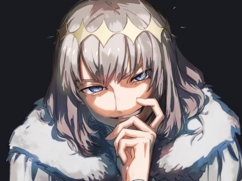 1boy absurdres black_background blue_eyes close-up commentary_request crown evil_grin evil_smile fate/grand_order fate_(series) fur_collar fur_trim grey_hair grin hand_on_own_chin highres looking_at_viewer male_focus momomogeta oberon_(fate) shadow simple_background smile solo