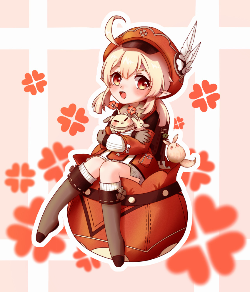 1girl :d ahoge backpack bag bag_charm bangs boots brown_footwear brown_gloves brown_scarf cabbie_hat charm_(object) clover_print collar commentary_request dodoco_(genshin_impact) doll_hug eyebrows_visible_through_hair full_body genshin_impact gloves hair_between_eyes hat hat_feather hat_ornament highres jumpy_dumpty klee_(genshin_impact) knee_boots kneehighs knees_together_feet_apart light_brown_hair long_hair long_sleeves looking_at_viewer low_twintails natori_biu object_hug open_mouth orange_eyes pink_background pocket pointy_ears randoseru red_collar red_headwear scarf sidelocks simple_background sitting smile solo twintails two-tone_background