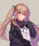 1girl :3 bangs black_gloves black_jacket black_ribbon black_scarf brown_background brown_eyes brown_hair closed_mouth eyebrows_visible_through_hair fingerless_gloves girls_frontline gloves gun h&k_ump hair_ornament hair_ribbon hairclip heckler_&_koch highres holding holding_gun holding_weapon hood hooded_jacket jacket long_hair long_sleeves looking_at_viewer multicolored_hair purple_hair ranyu ribbon scarf shirt simple_background smile solo submachine_gun twintails two-tone_hair ump9_(girls_frontline) v weapon white_shirt