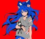 1girl aimai-me blue_eyes blue_hair blue_skirt bow commentary_request eyebrows_visible_through_hair floating_hair grey_hoodie hair_between_eyes hair_bow hood hood_down hoodie long_hair looking_at_viewer red_background short_sleeves simple_background skirt solo stuffed_animal stuffed_cat stuffed_toy touhou upper_body very_long_hair yorigami_shion