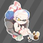 +_+ 1girl 3d_rod! alternate_hairstyle backpack bag bracelet crown domino_mask fork grin high_ponytail highres hime_(splatoon) jewelry kinoko_no_yama map mask mole mole_under_mouth nintendo outline pot sleeveless smile solo splatoon splatoon_2 tentacle_hair upper_body white_hair white_outline yellow_eyes