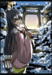 1girl black_hair dress fog from_behind furisode green_dress grey_eyes hair_ribbon hair_tubes highres japanese_clothes kantai_collection kimono long_hair long_sleeves looking_at_viewer low-tied_long_hair mizuho_(kantai_collection) open_mouth outdoors red_ribbon ribbon seitei_(04seitei) shrine sidelocks sky smile snow solo stairs traditional_media twitter_username very_long_hair