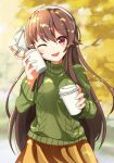 .live 1girl ;d aran_sweater autumn bangs brown_hair coffee cup day eyebrows_visible_through_hair green_sweater hair_between_eyes hairband highres holding holding_cup kogetsu_azami long_hair long_sleeves looking_at_viewer offering one_eye_closed open_mouth outdoors pleated_skirt red_eyes skirt smile solo sweater very_long_hair virtual_youtuber white_hairband yaezawa_natori yellow_skirt