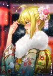 1girl ahoge alternate_costume alternate_eye_color artoria_pendragon_(all) back_bow bangs blonde_hair blurry blurry_background blush bow breath commentary_request depth_of_field ear_blush earrings eyebrows_visible_through_hair fate/grand_order fate_(series) floral_print flower from_side fur glint green_eyes hair_bun hair_flower hair_ornament hand_up highres japanese_clothes jewelry kimono long_sleeves obi outdoors parted_lips pink_lips print_kimono profile ring saber sash shiny shiny_hair short_hair shuizhanglang sidelocks snowing solo stud_earrings wedding_band white_kimono wide_sleeves winter yellow_bow