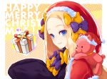 1girl abigail_williams_(fate/grand_order) alternate_headwear bangs black_dress blonde_hair blue_eyes blush bow box brown_background capelet christmas closed_mouth commentary_request dress ears_through_headwear fate/grand_order fate_(series) forehead fur-trimmed_capelet fur-trimmed_headwear fur_trim gift gift_box hair_bow hands_up hat heart highres long_hair long_sleeves merry_christmas object_hug orange_bow outline panco_neco parted_bangs polka_dot polka_dot_bow purple_bow red_capelet red_headwear revision santa_hat sleeves_past_fingers sleeves_past_wrists smile solo stuffed_animal stuffed_toy teddy_bear two-tone_background upper_body white_background white_outline