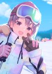 1girl bangs beanie blue_sky blush brown_eyes brown_hair clouds commentary_request day drawstring eyebrows_visible_through_hair fur-trimmed_jacket fur_trim gloves goggles goggles_on_head hands_up hat highres holding idolmaster idolmaster_cinderella_girls jacket leaning_to_the_side long_sleeves mountain otokura_yuuki outdoors pink_gloves red_hat ski_goggles sky sleeves_past_wrists snow solo uso_(ameuzaki) v white_jacket