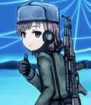 1girl alternate_costume bangs black_gloves blue_sky brown_hair commentary_request empty_eyes expressionless eyebrows_visible_through_hair gloves grey_eyes grey_hat grey_jacket gun hand_up hat headset jacket long_sleeves looking_at_viewer misaka_imouto outdoors rifle shirosato short_hair sky solo swept_bangs thumbs_up to_aru_majutsu_no_index upper_body weapon weapon_on_back