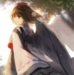 1girl alternate_costume alternate_eye_color bangs black_hair black_wings blurry blurry_background commentary_request cowboy_shot eyebrows_visible_through_hair feathered_wings from_behind fuupu hair_between_eyes hat highres japanese_clothes kimono kourindou_tengu_costume light_particles long_sleeves looking_at_viewer looking_back obi pom_pom_(clothes) profile red_sash revision ribbon-trimmed_sleeves ribbon_trim sash shameimaru_aya short_hair solo tassel tokin_hat touhou violet_eyes white_background white_kimono wide_sleeves wings