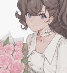 1girl asymmetrical_bangs bangs blue_eyes bouquet bow choker closed_mouth collarbone curly_hair dress earrings flower grey_background grey_hair highres jewelry lips long_hair looking_at_viewer pauline_bonaparte quuni seijo_senki simple_background smile solo white_dress