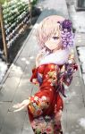 1girl back_bow bangs blurry blurry_background blush bow closed_mouth commentary_request day depth_of_field eyebrows_visible_through_hair fate/grand_order fate_(series) floral_print flower fur_collar gabiran hair_flower hair_ornament hair_over_one_eye japanese_clothes kimono long_sleeves mash_kyrielight obi outdoors pink_hair print_kimono purple_bow purple_flower purple_rose red_kimono rose sash smile snow solo standing violet_eyes wide_sleeves