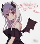 1girl bangs bare_shoulders bat_hair_ornament bat_wings black_dress black_wings blurry blush closed_mouth commentary_request curled_horns demon_girl demon_horns demon_wings dress eyebrows_behind_hair fang fang_out from_side grey_background grey_hair hair_between_eyes hair_ornament hairclip highres horns long_hair looking_at_viewer looking_to_the_side original red_eyes signature smile sofra solo strapless strapless_dress translation_request upper_body wings