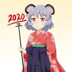 1girl 2020 alternate_costume animal_ears arm_up cato_(monocatienus) commentary_request cowboy_shot dowsing_rod eyebrows_visible_through_hair floral_print gradient gradient_background grey_hair hakama_skirt holding_rod japanese_clothes kimono mouse_ears nazrin new_year patterned_background red_eyes red_kimono short_hair smile solo standing touhou yellow_background
