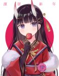 1girl azur_lane bangs black_gloves black_hair blunt_bangs blush candy_apple closed_mouth commentary_request eyebrows_visible_through_hair food gloves hair_ornament hairclip holding holding_food horns japanese_clothes kimono long_hair long_sleeves looking_at_viewer noshiro_(azur_lane) noshiro_(uncharted_festival_grounds?)_(azur_lane) oni oni_horns red_background red_kimono riria_(happy_strawberry) solo translation_request two-tone_background upper_body violet_eyes white_background wide_sleeves x_hair_ornament