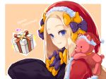 1girl abigail_williams_(fate/grand_order) alternate_headwear bangs black_dress blonde_hair blue_eyes blush bow box brown_background capelet christmas closed_mouth commentary_request dress ears_through_headwear fate/grand_order fate_(series) forehead fur-trimmed_capelet fur-trimmed_headwear fur_trim gift gift_box hair_bow hands_up hat heart highres long_hair long_sleeves merry_christmas object_hug orange_bow outline panco_neco parted_bangs polka_dot polka_dot_bow purple_bow red_capelet red_headwear santa_hat sleeves_past_fingers sleeves_past_wrists smile solo stuffed_animal stuffed_toy teddy_bear two-tone_background upper_body white_background white_outline