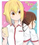 2girls back-to-back blonde_hair blue_background border brown_eyes brown_hair cellphone closed_mouth collared_shirt commentary_request green_eyes hair_between_eyes hair_ornament hair_scrunchie hitoribocchi_no_marumaru_seikatsu holding holding_phone honshou_aru long_hair looking_at_another looking_back medium_hair mole mole_under_eye multiple_girls phone pink_background ponytail pout red_scrunchie school_uniform scrunchie shirt signature smartphone sunao_nako tanaka_kii translation_request two-tone_background upper_body white_border white_shirt
