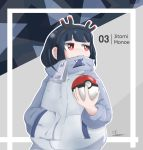1girl :< bangs black_hair black_hairband blunt_bangs character_name closed_mouth commentary english_commentary eyebrows_behind_hair hairband hand_in_pocket high_collar holding holding_poke_ball jacket jbene jitomi_monoe long_sleeves looking_away looking_to_the_side magnet outline poke_ball poke_ball_(generic) red_eyes signature solo sweat upper_body virtual_youtuber voms white_jacket white_outline zipper_pull_tab