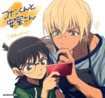 2boys amuro_tooru apron bangs black-framed_eyewear black_apron blonde_hair blue_eyes blue_shirt brown_hair cellphone child chin_stroking closed_mouth commentary_request dark_skin dark_skinned_male drawstring edogawa_conan glasses green_hoodie hair_between_eyes holding holding_phone looking_at_phone male_focus mashima_shima meitantei_conan multiple_boys parted_lips phone serious shirt smartphone thinking translation_request twitter_username upper_body v-shaped_eyebrows