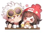 >_< 1boy 1girl bangs beanie blush brown_hair chibi closed_mouth commentary_request cup eating eyewear_on_head fang food guzma_(pokemon) happy hat holding holding_food looking_at_another lowres mizuki_(pokemon) mug open_mouth pokemon pokemon_(game) pokemon_sm red_headwear sunglasses tongue white_background white_hair zuizi