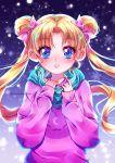 1girl bishoujo_senshi_sailor_moon blonde_hair blue_eyes blush bow double_bun eyebrows_visible_through_hair floating_hair hair_bow hair_intakes long_hair long_sleeves looking_at_viewer parted_lips pink_bow pink_sweater shiny shiny_hair solo sweater tabby_chan tsukino_usagi twitter_username upper_body very_long_hair winter