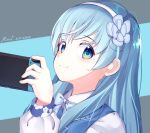 1girl absurdres artist_name blue_background blue_eyes bow dated flower grey_background hair_flower hair_ornament hanayori_jyoshiryou hand_up headband highres long_hair long_sleeves looking_at_viewer nintendo_switch nonomiya_nonono ruipi simple_background smile solo two-tone_background white_headband