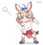 >_< 1girl alternate_costume animal_ear_fluff animal_ears ball blonde_hair blush chibi english_commentary fox_ears fox_tail gym_uniform hair_ornament hairclip holding holding_ball hololive kukie-nyan omaru_polka pout red_shorts shorts snowball solo tail throwing v-shaped_eyebrows virtual_youtuber white_background