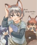 1boy 2girls :3 animal_ears black_hair black_neckwear blue_shirt blush bow bowtie clipboard coat commentary_request elbow_gloves eyebrows_visible_through_hair fake_animal_ears fake_tail fox_ears fox_girl fox_tail glasses gloves highres kemono_friends labcoat lanyard long_hair multicolored_hair multiple_girls necktie open_mouth orange_hair orange_shirt original red_fox_(kemono_friends) redhead shirt short_hair short_sleeves silver_fox_(kemono_friends) silver_hair t-shirt tail toki_reatle translation_request two-tone_shirt white_coat white_neckwear white_shirt yellow_neckwear