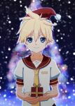 1boy alternate_color bass_clef blonde_hair blue_eyes blurry blurry_background bokeh box christmas christmas_tree collar commentary depth_of_field fur-trimmed_headwear gift gift_box hat highres hirobakar holding holding_box holding_gift kagamine_len looking_at_viewer male_focus necktie red_collar red_headwear sailor_collar santa_hat shirt short_sleeves smile snowing spiky_hair upper_body vocaloid white_shirt yellow_neckwear