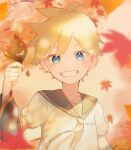 1boy arm_warmers autumn_leaves bass_clef black_collar blonde_hair blue_eyes blurry blurry_background blurry_foreground collar commentary falling_leaves grin highres holding holding_leaf kagamine_len leaf looking_at_viewer male_focus necktie sailor_collar shirt short_sleeves smile smiley_face solo spiky_hair vocaloid white_shirt yellow_neckwear zarame_(komayaba)