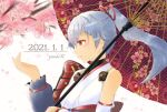 1girl 2021 armor artist_name black_undershirt cherry_blossoms commentary_request dated detached_sleeves fate/grand_order fate_(series) hair_between_eyes hair_ribbon highres japanese_armor japanese_clothes kimono light_blush light_smile long_hair mitsudomoe_(shape) oil-paper_umbrella petals ponytail red_eyes red_ribbon ribbon shoulder_armor silver_hair single_bare_shoulder single_detached_sleeve sode solo tomoe_(symbol) tomoe_gozen_(fate/grand_order) tree turtleneck umbrella upper_body white_background white_kimono white_sleeves yuuki.r