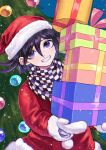 1boy alternate_costume bangs black_hair box checkered checkered_scarf christmas christmas_tree commentary_request danganronpa_(series) danganronpa_v3:_killing_harmony flipped_hair fur-trimmed_headwear gift gift_box gloves grin hair_between_eyes hat highres holding holding_box long_sleeves looking_at_viewer male_focus ouma_kokichi purple_hair red_headwear sack santa_costume santa_hat scarf short_hair smile snowing solo tei_(auntaso) upper_body violet_eyes white_gloves