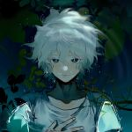 1boy air_bubble bangs blush bubble collarbone commentary_request danganronpa_(series) danganronpa_2:_goodbye_despair green_eyes grey_shirt hair_between_eyes hand_up highres komaeda_nagito leaf looking_at_viewer male_focus messy_hair partially_submerged shirt short_hair short_sleeves smile solo tuteurfars_shin upper_body water