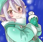 1girl blue_background blush coat commentary_request eyebrows_visible_through_hair gloves green_coat green_gloves green_headwear hair_between_eyes holding_snowman jin_kansai kokkoro_(princess_connect!) long_sleeves medium_hair pointy_ears princess_connect! princess_connect!_re:dive red_eyes sidelocks smile snowing snowman solo