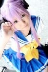 cosplay hair_ribbons hiiragi_kagami hitachi_fuyuki lucky_star purple_hair sailor_uniform school_uniform twintails