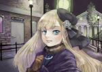 1girl bangs beret black_headwear blonde_hair blue_eyes brown_gloves building commentary_request door fate_(series) flower gloves grey_flower hair_flower hair_ornament hand_up hat highres lamppost long_hair looking_at_viewer lord_el-melloi_ii_case_files night outdoors reines_el-melloi_archisorte rose satou_usuzuku smile solo teeth tree upper_body