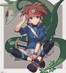 1boy bag blue_jacket blush border brown_eyes brown_hair closed_mouth commentary_request full_body gen_5_pokemon hand_up indian_style jacket looking_at_viewer male_focus nate_(pokemon) outline pokemon pokemon_(creature) pokemon_(game) pokemon_bw2 red_headwear serperior shoes short_sleeves shorts shoulder_bag sitting smile tpi_ri twitter_username visor_cap white_border zipper_pull_tab