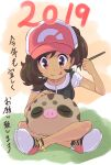 1girl 2019 :p bangs baseball_cap brown_eyes brown_hair closed_mouth collarbone commentary_request elaine_(pokemon) eyelashes gen_2_pokemon grass hat highres holding holding_paintbrush looking_down ohashi_aito paintbrush painting pokemon pokemon_(creature) pokemon_(game) pokemon_lgpe shirt shoes short_sleeves sitting smile sneakers swinub tongue tongue_out translation_request white_footwear